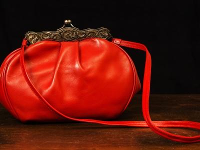 borsa rossa in pelle di vitello con particolari