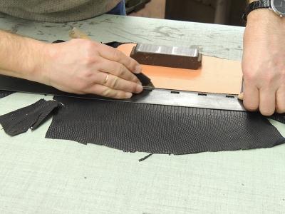 laboratorio di produzione borse in pelle artigianali- borsa in pelle di lucertola
