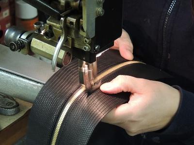 cura dei dettagli nella produzione di borse artigianali- A&A pelletteria