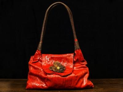 borsa artigianale made in Italy in pelle di vitello rossa con particolare fiore