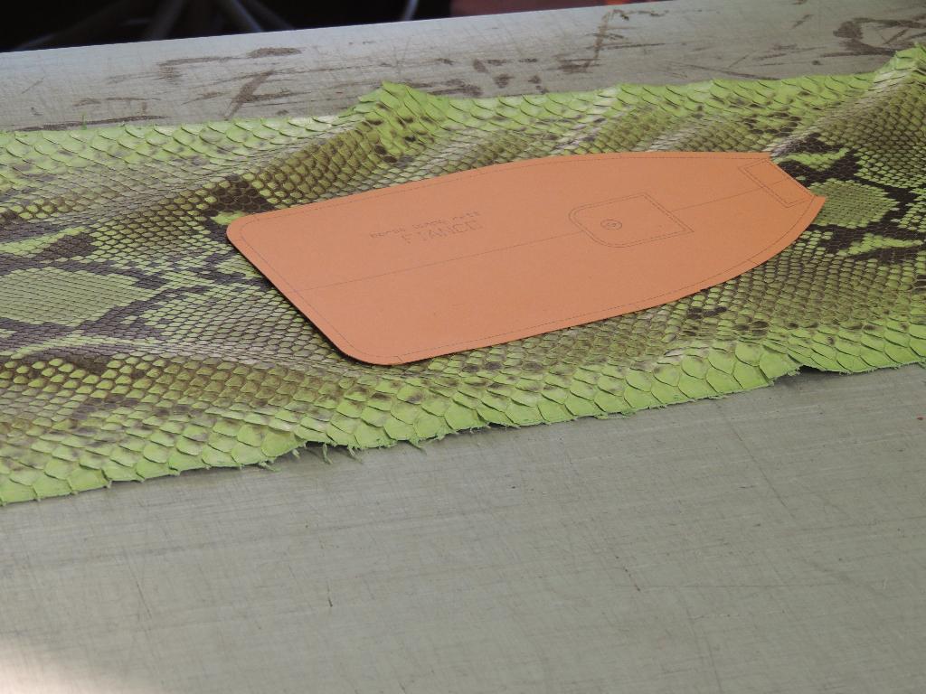 laboratorio pelletteria Bologna: borsa in pelle su misura