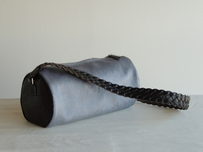 borsa cilindrica in cavallino e tejus con manico in cuoio intrecciato