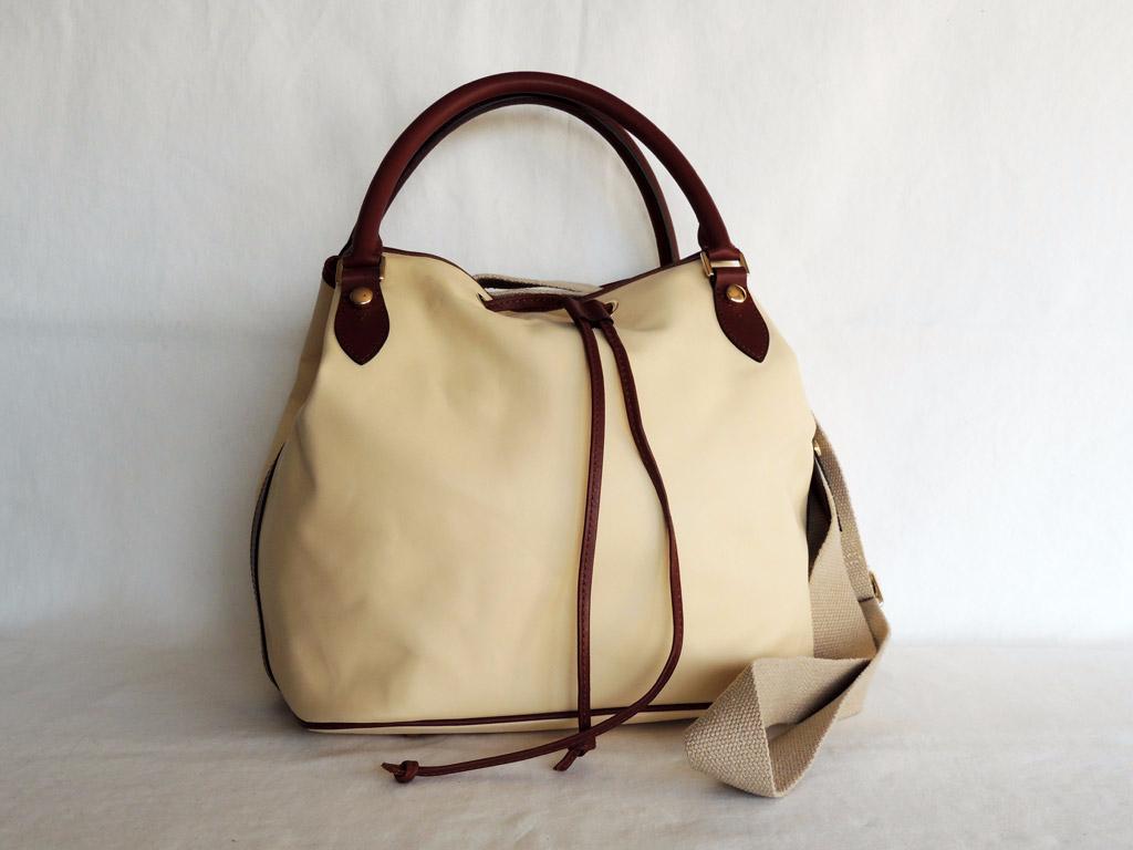 borse in pelle donna: borsa chiara con tracolla